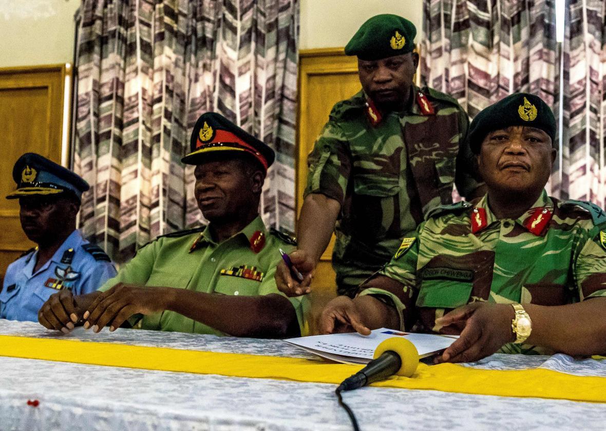 کودتا در زیمبابوه/ رابرت موگابه برکنار شد