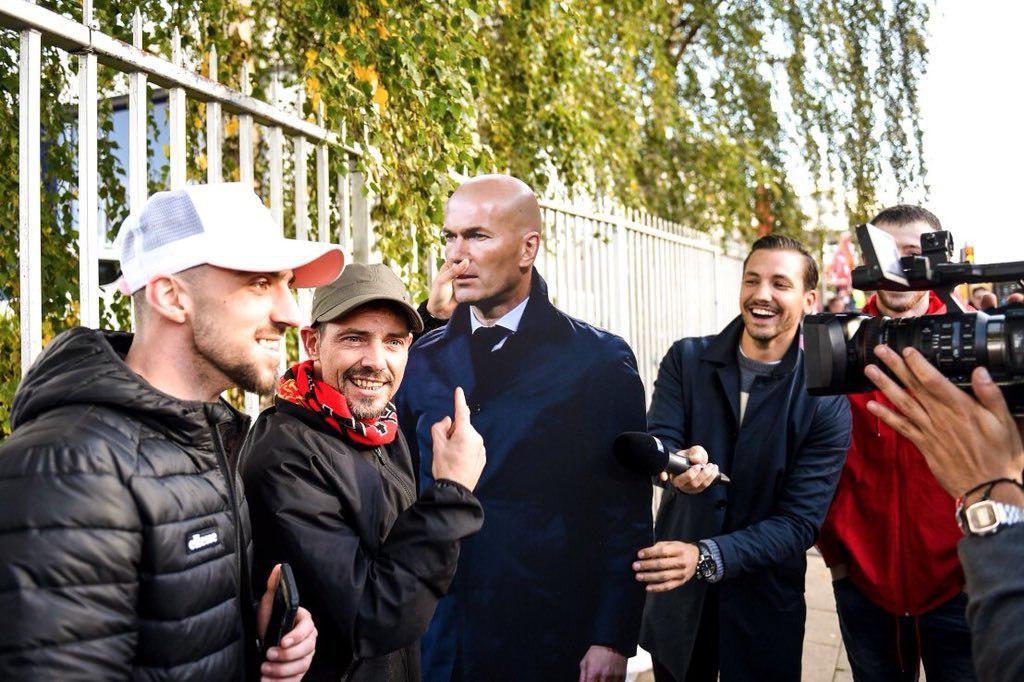 ماکت زیدان در دست هواداران منچستر یونایتد
