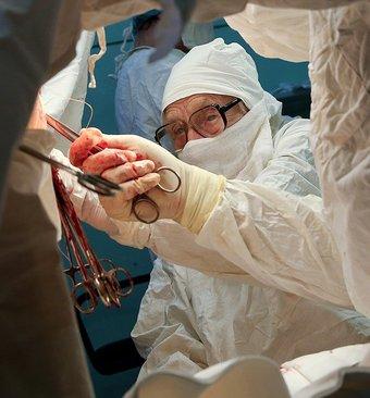 پیرترین جراح