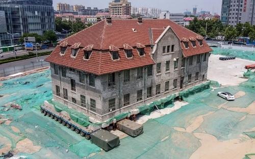 عملیات جابجایی یک ساختمان بزرگ 100 ساله در شهر جینان چین. گاردین