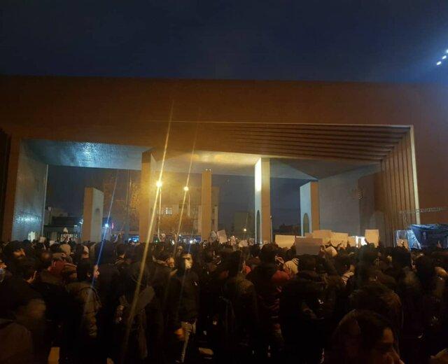 تجمع اعتراضی مقابل دانشگاه شریف و امیرکبیر