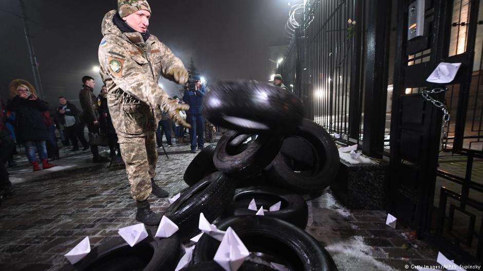 تظاهرکنندگان اوکراینی خودرو متعلق به دفتر کنسولگری روسیه در کیف را به آتش کشیدند