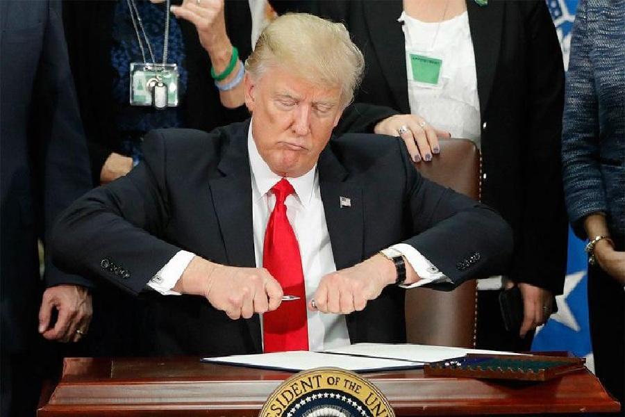دونالد ترامپ امضا