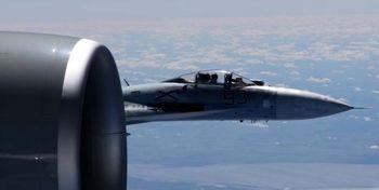 فیلم| محاصره بمبافکن آمریکایی توسط جنگندههای روسیه