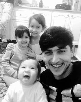 شادی سردار آزمون با یک نوزاد خندان ! +عکس