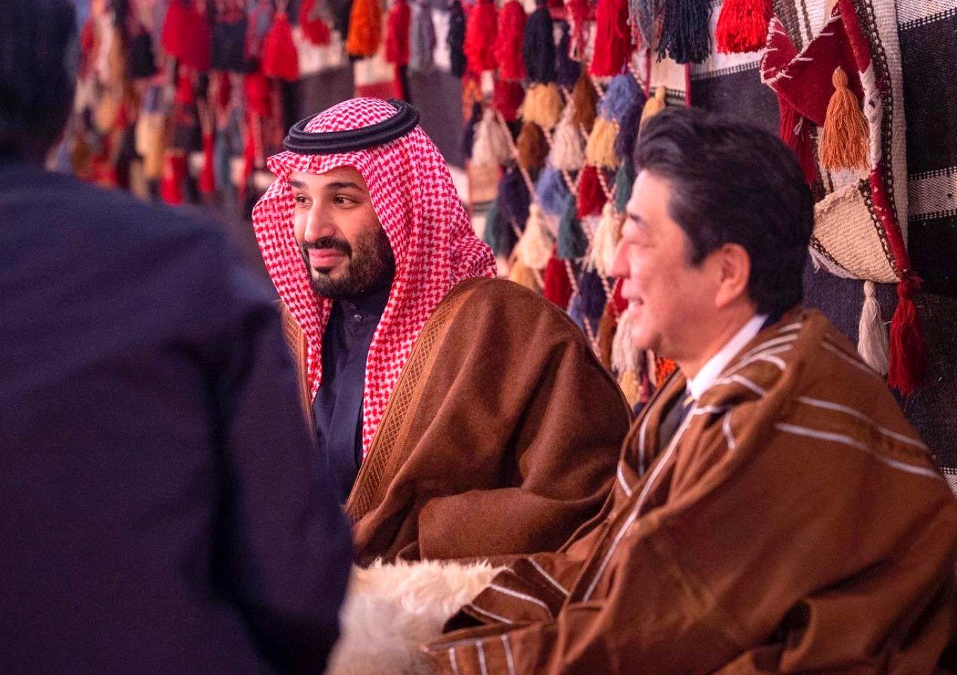 آبی بالعباءة صحبة بن سلمان فی خیمة سعودیة (صور+ فیدیو)