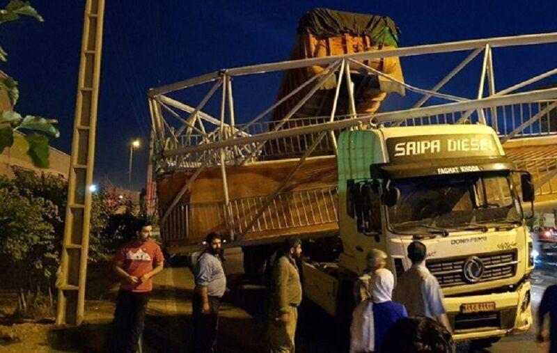 کامیون کشنده پل عابر را در شهرری از جا کند