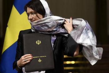 انتقاد از حجاب گذاشتن وزرای زن سوئدی در تهران + عکس