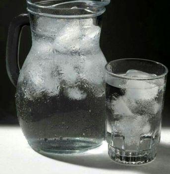 نوشیدن آب یخ با بدنتان چه میکند؟