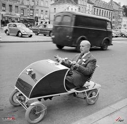 جولای 1958 : یک خودروی ویژه افراد سالمند در پاریس