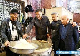 علی دایی و محمدرضا گلزار در حال کمک پای دیگ نذری + عکس