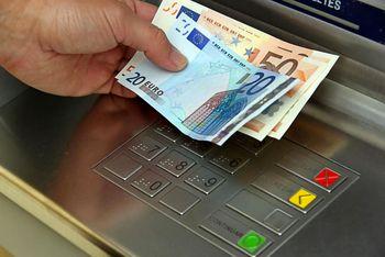 دستگاه خودپرداز به دلیل مشکل فنی پول ها را به بیرون ریخت! +فیلم