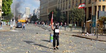 تظاهرات مرگبار در لبنان بعد از انفجار بزرگ /وزارتخانه ها در تصرف معترضان /جریان سعد حریری پشت پرده اعتراضات؟+فیلم