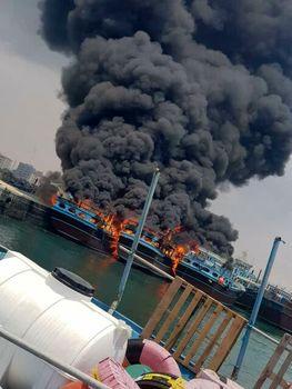 آتشسوزی در یک فروند لنج در بندر گناوه+فیلم