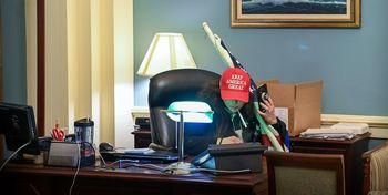 تصویری از میز کار نانسی پلوسی بعد از حمله به کنگره/عقب نشینی نمی کنیم