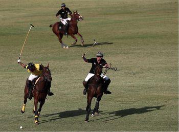 لحظه زمین خوردن اسب و سوارکار در مسابقات چوگان در ایران +تصاویر