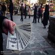 معاملهگران دلار فروشنده شدند/فضای احتیاط در تالار بورس