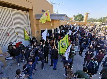 معترضان درب داخلی سفارت آمریکا را شکستند +فیلم