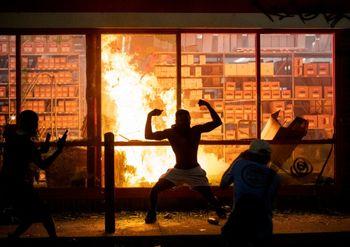 معترضان آمریکایی پاسگاه مرکزی پلیس را به آتش کشیدند +فیلم
