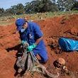 برزیل برای دفن انبوه اجساد کرونا به نبش قبر روی آورد +تصاویر