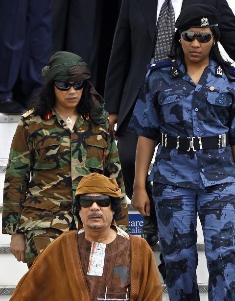 همه حرف و حدیثهای عجیب در مورد قذافی/ از عشق مخفیانه به وزیر خارجه آمریکا تا ادعا در مورد رابطه جنسی با پسران و پوشیدن لباسهای زنانه/ آیا قذافی به ایران پیشنهاد داد که به عربستان حمله کند؟