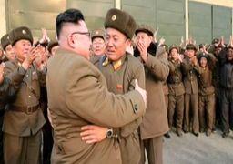 رهبر کره شمالی به چه کسی کولی داد؟ + عکس