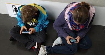تنبیه عجیب دانش آموزان موبایل به دست +عکس