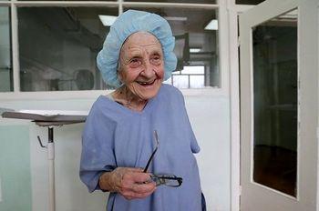 پزشک 89 سالهای که روزی 4 عمل جراحی انجام میدهد!+عکس