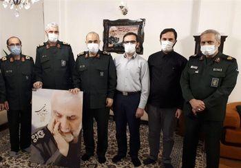 فرمانده کل سپاه در کنار یک خانواده شهید معروف+عکس