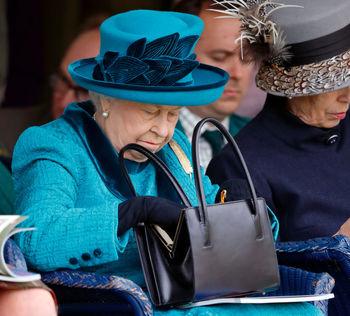 راز محتویات کیف سیاه رنگ ملکه انگلیس فاش شد