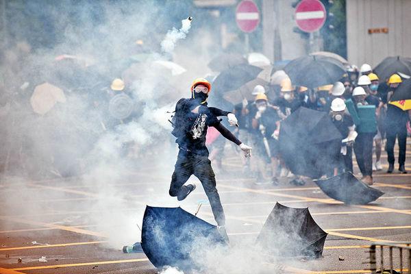 جنگ نیابتی چین و آمریکا در خیابانهای هنگکنگ