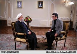 برسد به دست آقای رشیدپور! / روحانی در مناطق زلزله زده خارج از خودرو + عکس
