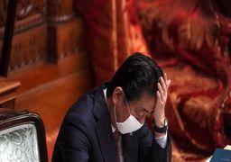 «فکر میکنی کی هستی؟» استراحت کردن نخستوزیر ژاپن دردسرساز شد +فیلم