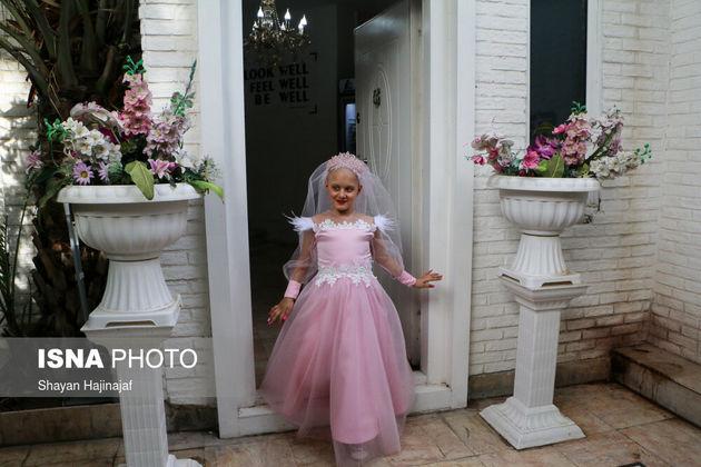 «پرند» دختری ۸ ساله و مبتلا به بیماری سرطان است. او آرزو داشت تا روزی لباس عروس صورتی به تن کند و عروس شود. آرزوی پرند ۸ ساله که ماهها برای رسیدن به آن انتظار می کشید، برآورده شد.