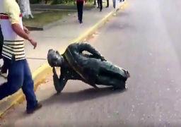 عاقبت پوپولیسم؛ مجسمه چاوز پایین کشیده شد + عکس