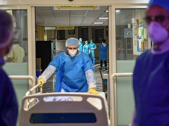 دانشگاه علوم پزشکی قم: کمبود تخت داریم، در خانه قرنطینه شوید/ مردم بیماری را جدی نمی گیرند
