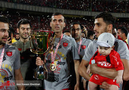 عکس یادگاری همسر بازیکنان پرسپولیس با جام قهرمانی