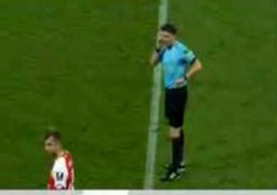اتفاقی عجیب در تاریخ داوری فوتبال؛ اعلام پنالتی در بین دو نیمه / فیلم