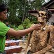 اینجا بر مردگان لباس میپوشانند، آنها را به آغوش میگیرند و سیگار میکشند+ تصاویر